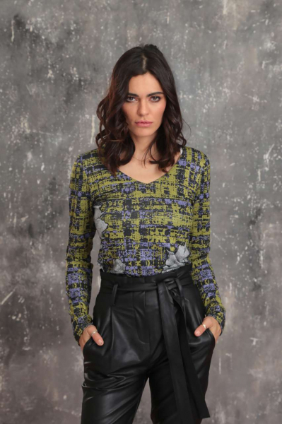 Блуза с шпиц деколте