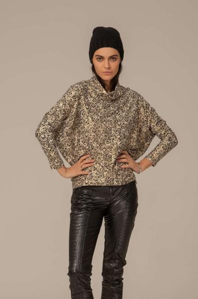 Блуза с орнаменти и висока яка