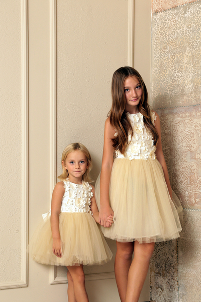 Детска рокля с ръчно пришити цветя